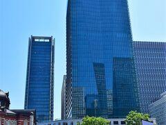 KITTEタワー。  下の細長い建物の屋上からは東京駅が見下ろせます。