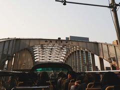 バスは、築地方面へ向かいます。  勝鬨橋通過。