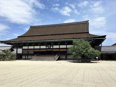 【京都御所 参観】  京都御所の正殿・紫宸殿と,左近の桜,右近の橘。 桧皮葺き,入母屋造り。屋根は「錣(しころ)屋根」という珍しい形式で,途中で段差がついている。錣とは,兜の左右と後方に垂らす,首を防御する部分のこと。