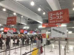 成田空港の第3ターミナルにやってきました。ジェットスターのオーストラリア行きのチェックインは、かなり混雑すると聞いていたので、少し早めの18時30分頃に行ったら、がら空きで待ち時間無しでチェックインできました。