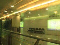 どこか疲れていた。久しぶりに中国の超長時間のイミグレのせいに違いない。  元気なら地下鉄で移動したのだが、ついついMaglevに甘えてしまった。 カメラのホワイトバランスの設定も面倒だったが、浦東国際機場駅で取り敢えず1枚撮影。  こんな調子でホテル3泊のみの9日間のハードな計画をこなせるのだろうかと、少々不安になりながらも、時間を潰すために2桁は訪れている外灘へ向かうことにした。