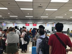 マクタン空港に到着。 マクタン空港、注意です! チェックインカウンターの前に荷物検査があり、エアアジアのカウンターはたった2つ。  とにかくチェックインまでにものすごく時間がかかる! そして日本などと違ってこの列もとてもあいまい。なので並んだ場所によって時間がかなり違ったりしました。  結局チェックインできたのが1時間30分を切っていた!そして日本などと違ってこの列もとてもあいまい。なので並んだ場所によって時間がかなり違ったりしました。 そしてチェックインしたらもう外には戻れないので、出国前の数少ないお店か出国後の高い免税店しかない。 時間に余裕をもって到着しておくのと、お土産は空港に行く前に買っておいた方がいいです。