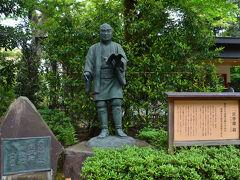 二宮尊徳翁像です。  報徳二宮神社