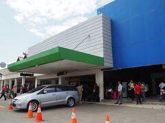 空港から市内は26km離れている。 KM6バスターミナルまでバスで行けると思ったけど・・・「タクシーしかない」ってゴリ押しされ、タクシーでホテルへ。 タクシーは定額制で12,000ルピアだった。  ちなみに、ジャカルタとバンジャルマシンは+1時間の時差あり。