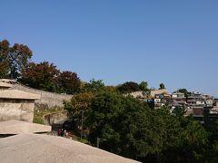 アートを見ながら階段や坂道をのぼって、一番上まで着きました。 ソウル城郭が続いています。