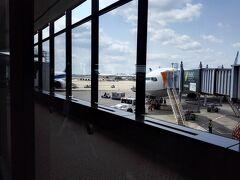 4/29 成田空港からプノンペンに向けて  約6時間半のフライトです!   このANA便に乗る多くの日本人は  アンコールワットへ向かいました!