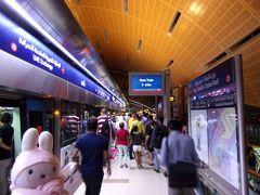 バージュ・ハリファ/ドバイモール駅に到着です。 午後7時前くらいでしたが、結構混んでいました。