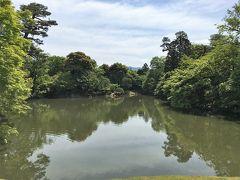 仙洞御所・北池  次の16年前の写真と比べると,樹々の成長により、借景の東山が見えづらくなっているのがわかる。  仙洞御所は,17世紀の初め,後水尾天皇が上皇となった際に造営された。御殿は1854年に焼失したのを最後に再建されることはなく,庭園と茶室だけが残っている。かつて御所の建物があった場所は,現在では一面の松林となっている。