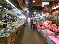 食事を終えた後は秋田市街を散策です。といっても見どころとしては千秋公園とポートタワーセリオンくらいしか把握していません。地図を見ながら歩きまわることにします。まずすぐに見つけたのが秋田市民市場です。  中に入ってみると魚や野菜を売る生鮮食品の店が主体にたくさんの店が並んでいます。GW中とはいえ今日は平日。そして午後1時過ぎですのでまだ客はそれほど多くありませんが、主要都市の駅のすぐ近くにこのような市場があるのは最近では珍しいかもしれません。