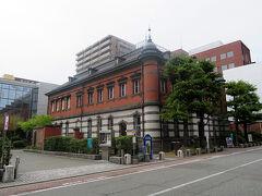市街の中心から15分ほど歩いたところに赤れんが郷土館があります。このレトロな建物は旧秋田銀行本店本館で現在は国の重要文化財に指定されています。ここはぜひ見学したいと思っていたところです。