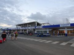 17:20頃、ポートビラの空港に到着