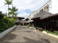 ポートビラの散策を終えて、タンナ島ツアーを手配した旅行会社の入っているホテルへ。ここでピックアップしてもらって空港に向かいました。  (タンナ島編に続く)