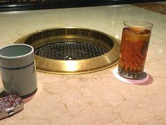 お夕食は、ホテルからてくてく歩いて来れるお店で、おひとりさま焼肉。 このお席は、おひとりさまでも気兼ねなく。