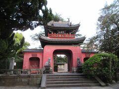 八坂神社の隣、国宝「崇福寺」。黄檗宗のお寺ですが、さすが国宝。印象深いお寺でした。門の奥に受付が有りましたが、すでに19時近くでしたから閉まっていました。