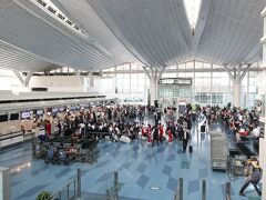 朝7時過ぎの羽田空港国際線ターミナル。 そこそこ賑わっております。 GW前日っていう事だから、混雑はまだまだかな?