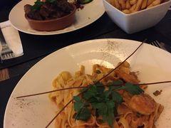 私は、海老のトマトソースパスタを注文。 Sちゃんは牛肉の赤ワイン煮込みのようなお料理を注文。 ベルギー式のフリッツも注文し、ちょっともらいましたが、うーん、やっぱりアムステルダムで食べたフリッツの方が美味しかった…。  食事中も色々な話で盛り上がりました。 Sちゃんもかなり旅行好きで色々な国を訪れているようですが、日本にはまだ来たことがナイそうです。 それどころか、お寿司も食べたことナイらしい!! こんな日本食が人気になってる昨今、結構珍しいよね…。 まぁ魚介類がそこまで得意じゃない外国人なら普通なのかもしれないですが。 でも、嫌いなわけじゃないらしい。 周りの友達に、「もしもお寿司に挑戦するなら、ベルギーでは絶対に食べるな!!」と言われてるらしく(笑)、結局未だに食べたことがナイとのこと。 それを言った友達はみんな、日本を訪れた時に本場の美味しいお寿司を食べたことがあるからそう言うんだろうね!   Sちゃん、いつか日本に遊びに来た時は、美味しいお寿司を食べに行こう♪