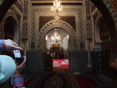 ガイドブックと付き合わせたら、ムーレイ・イドリス廟だったようです。 装飾がすごい。