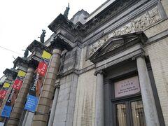 王立美術館 チケットを買う人たちで大行列