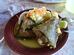 市場の食堂で遅い昼食。 魚料理で500バツ。