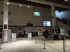 徒歩20分ほどで空港に到着。 ニューギニア航空のチェックインカウンターは空いていました。  残ったバツを米ドルに両替したところ、1000バツ→9USD。