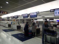 成田空港第二ターミナル JALチェックインカウンター。今日はビジネスクラスで行きます。