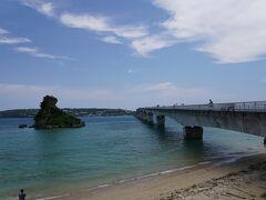 水族館のあとは古宇利島にきました~! 島を渡る橋の手前に駐車場があったので そこに停めてパチリ!