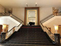 ホテルの1Fロビー。団体客は、この階段で記念写真を撮っていました。