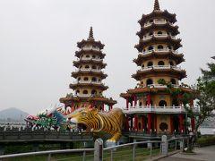 蓮池潭の龍虎塔。TVでよく見ていたので、楽しみにしていた場所です。想像通りの面白いところでした。(手前の広場側より撮影)