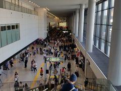2018年5月6日(日)夕方 ゴールデンウィーク最終日とあって、成田空港の到着ロビーは大混雑しています。これはエスカレーターから見た所。上部の人だかりが見えますか?世界のあちこち、日本のあちこちからお帰りなさい。  私は混雑を避けて、これから旅立ちます。東京行きの高速道路はいつもよりだいぶ混んでいました。成田は逆方向ですから空いていました。