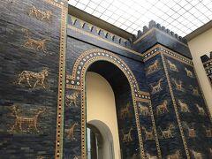 ペルガモン博物館  本来の正面の入り口が工事中で 入場口は裏側でした。