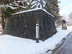 通りの突き当たりが新庄城。江戸時代初期に作られました。 現在は堀と石垣が残っています。