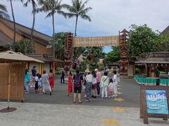 お腹もくちくなった我々はポリネシアカルチャセンターへと向かいます。 http://polynesia.jp/  といってもジョバンニからは数分ですが。 天気も回復傾向にあるようで、ほっと一安心。  今回、イブニングショーと食事がセットのパッケージの中では一番安価なアリイ・ルアウパッケージを事前に日本でウェブ予約。同時にイブニングショーの座席も指定して確保しました。  まずは受付で予約票を提示して4名分のチケットを受け取り、午後2時からの日本語ツアー開始までの間、隣接のフキラウ・マーケット・プレイスをぶらぶら。  ここには各種お土産店、飲食店などがあり、ポリネシアカルチャセンターに入場しなくても利用できるので、オアフ一周のドライブの途中に、トイレ・食事・リフレッシュなどを兼ねて立ち寄ると宜しいかと。もちろんパーキングもあります。 (フキラウの写真がなくてスミマセン)