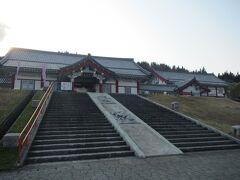 【道の駅『とざわ』 16:40頃】  最上川沿いの戸沢村にある道の駅『とざわ』へ。 この村は韓国から移住した方が多く住んでいるとの事で、 駅の建物は韓国の宮殿を模した造りになってます。  駅の直売所には高麗人参やキムチ、韓国のりなど様々な韓国食材や 韓流グッツが売られており、自分は地元の蕎麦粉を使った 『戸沢流冷麺』をお土産に購入。