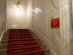 階段から豪華絢爛