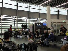 翌朝、ウィーン国際空港からアムステルダムのスキポール航空経由のKLMで帰国です。朝早い便なのですが、すでにたくさんの人
