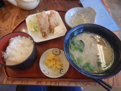 みなと食堂というお店で貝汁定食をいただきました。フライはさごちという白身のお魚。初めて食べました。 おいしかったです。