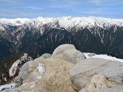 屏風の様な裏銀座の山々を眺めながらまったり。  山頂はこんな感じで狭いです。