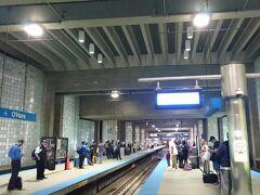 駅では7日間有効のパスを自販機で購入。近くに係員がいて手伝ってくれます。ICカードのヴェントラカードなので手数料5ドルと7日間のパス28ドルで合計33ドル。カードで購入。駅のホームで列車を待ちます。7分おきぐらいの間隔で列車は来ているようでした。