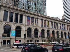 ミレニアムパークの前にあるティファニーのグラスドームがあるというシカゴ文化センター。