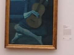 美術館に入りました。シカゴパスを購入。106ドルで美術館や水族館、博物館、展望台に入場出来ます。シカゴ美術館はいくつかの建物があって複雑です。入ったところは近代。ピカソの青の時代の「老いたるギター弾き」の絵の前で小学生達がレクチャーを受けてました。