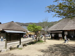 「大内宿」は30軒以上の茅葺き屋根の民家が立ち並ぶ江戸時代から残り続ける宿場町。  タイムスリップしたかのような感覚となる歴史的な場所です。     歴史情緒ある茅葺き屋根の民家が特徴的な大内宿