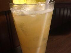 2日目の夕食はT.G.Iフライデーズへ   パイナップルのお酒