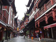 140年以上前の老城隍廟市場を起源に古くからの上海の文化が集約されている「豫園商城」 江南様式の建築の中に老舗レストランや小吃、物販店などが集まり、隣接する豫園の庭園とともに観光客でごった返すエネルギーあふれる場所です。