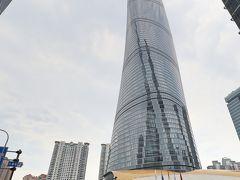 上海中心大厦(上海タワー)は中国トップ、世界でも第2位の632メートルという高さを誇る超高層ビルです。 ガラス・カーテンウォールで覆われたビルが螺旋状にねじれながら高くなってゆくデザインは上り龍をイメージしたもので、空に向かってどこまでも伸びていく龍の姿が表現されています。  上海中心大厦があるのは高層ビルが建ち並ぶ東浦・陸家嘴(りくかすい)エリアで最寄り駅は地下鉄2号線「陸家嘴駅」で展望台入口までは徒歩8分程です。