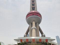 これが東方明珠塔! 上海のシンボル、大小11個の球体が組み合わさった個性的なデザインです。
