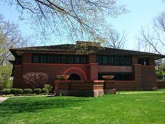 高さを抑えたレンガ造りが芝生とマッチして美しいArthur B.Heurtley邸。
