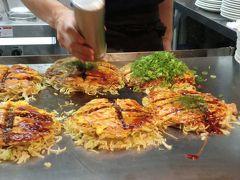 これを食べるのも広島に来た目的の一つ  手際よく焼いていた  みっちゃん総本店 ekie店 https://tabelog.com/hiroshima/A3401/A340102/34000514/