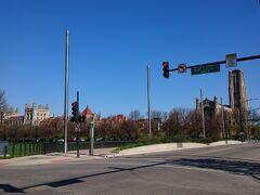 バスを降りてシカゴ大学方向へ歩きます。ロックエラーメモリアルチャペルが見えました。