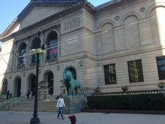 博物館を出てバスでダウンタウンへ。途中シカゴ美術館の前を通ります。そういえば正面玄関のライオンの写真を撮ってなかった、と車内からパチリ。