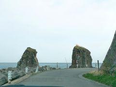 サンタロナカセ岩 この地に住む三太郎の息子が漁に出たまま帰らず、泣き続けた父と嫁が岩になったという民話から名づけられました。https://www.hakobura.jp/db/db-view/2008/11/post-160.html